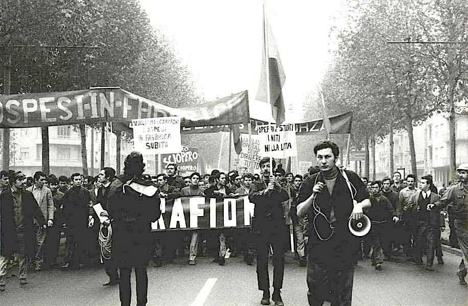 Corteo di operai torinesi contro le sospensioni decise dalla direzione Fiat.