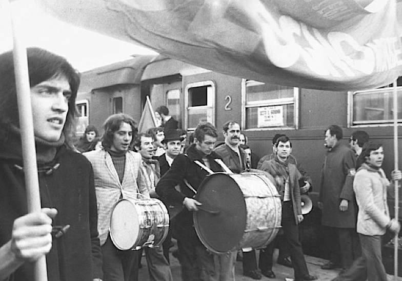 Operai in arrivo alla stazione di Milano per la manifestazione del 19 novembre 1969.