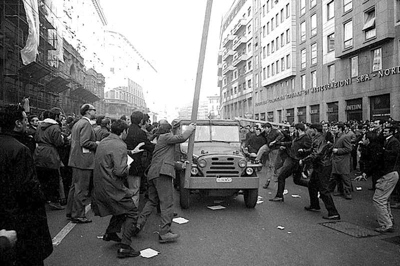 Gli scontri milanesi in cui perse la vita l'agente Annarumma.