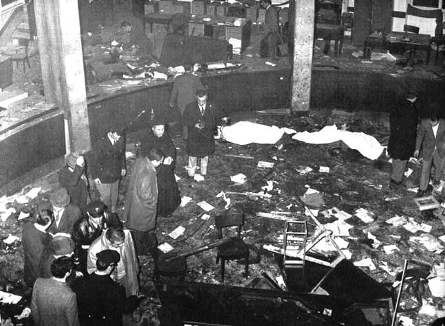Lo scenario devastato dalla bomba all'interno della Banca nazionale dell'Agricoltura a Piazza Fontana.