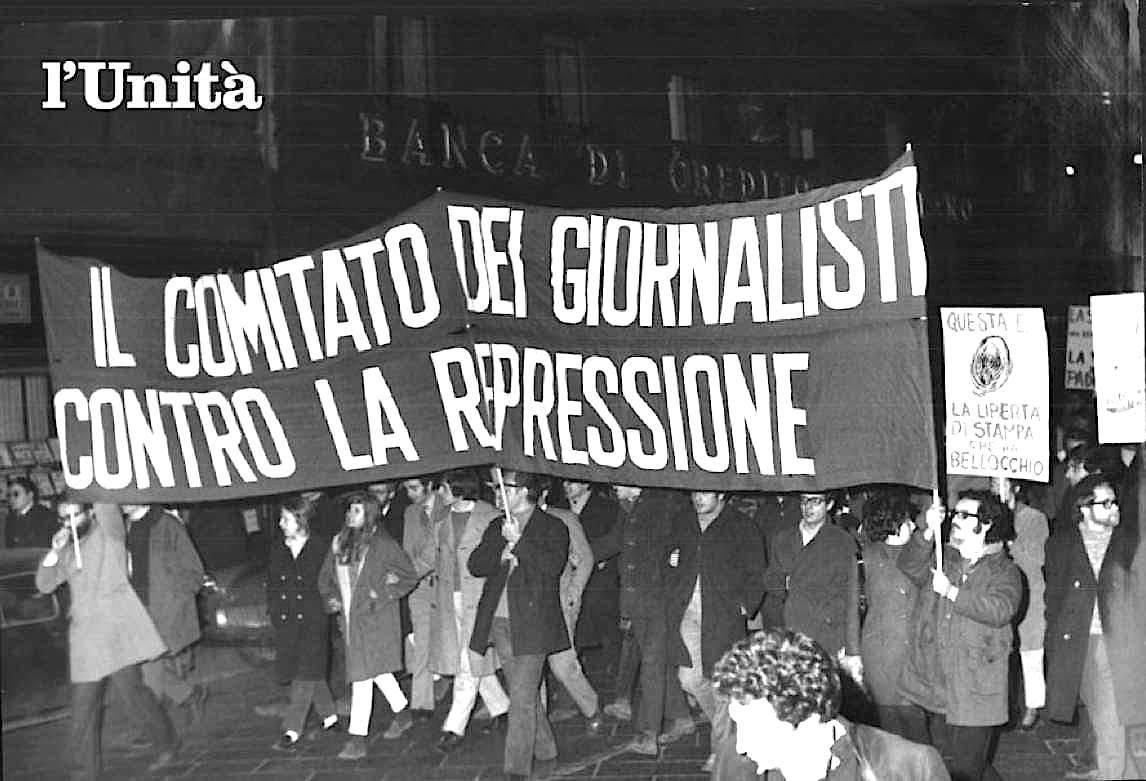 Il comitato dei giornalisti contro la repressione sfila in piazza nel 1970.