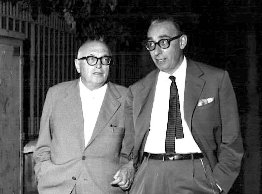 Giacomo Mancini (a destra), nuovo segretario del Psi, con Pietro Nenni.