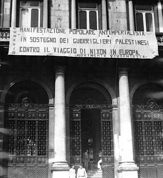 Striscione per la manifestazione contro la visita di Nixon a Roma.