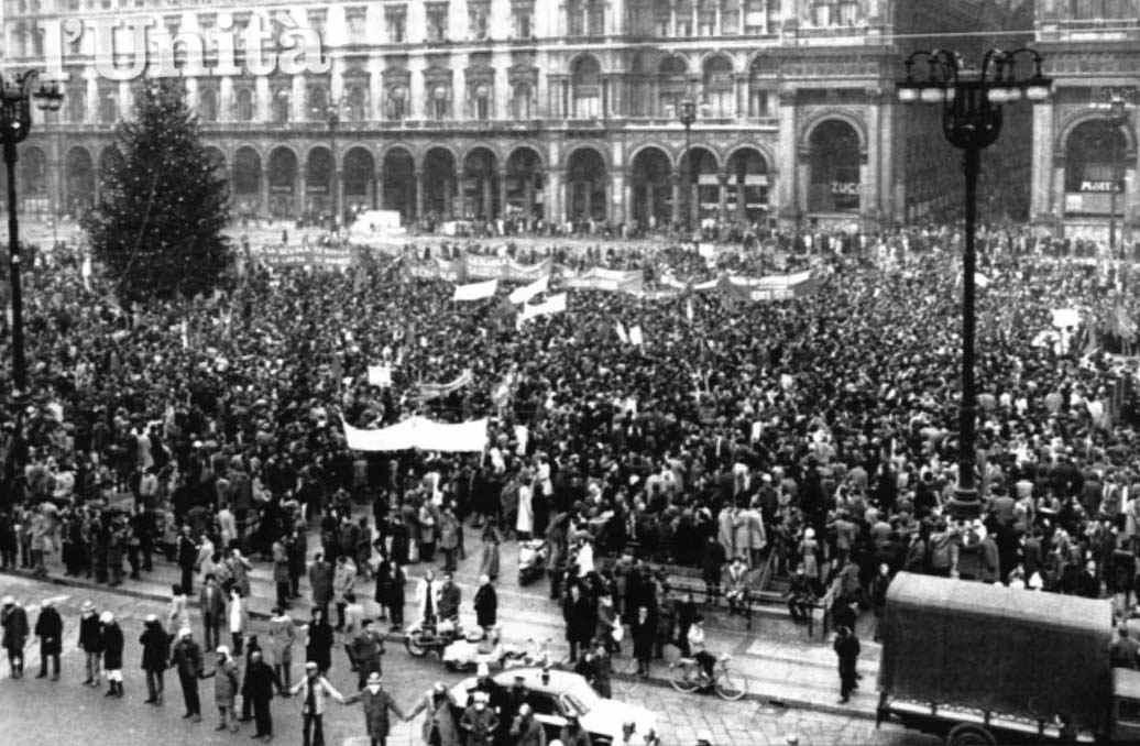 Manifestazione del 15/12/70 degli studenti in Piazza Duomo per protestare contro la morte di Saverio Saltarelli.
