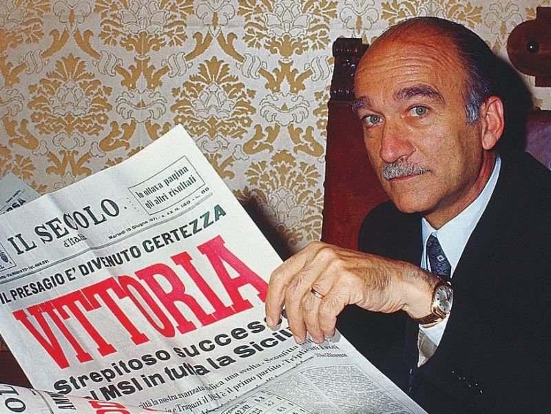 Giorgio Almirante, raggiante per il risultato del Msi alle elezioni siciliane del 1971; il suo partito passa dal 6,6% al 16,3%.