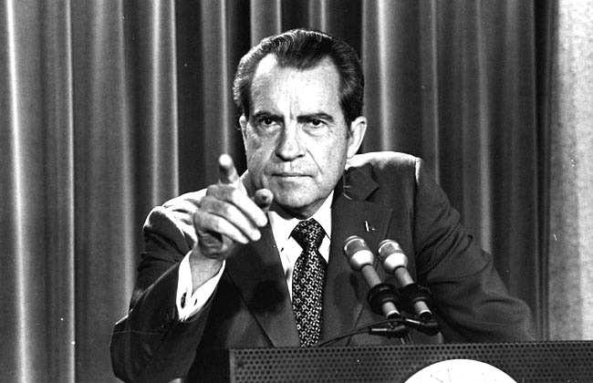 Nixon mentre comunica la fine della convertibilità del dollaro in oro, stabilita negli accordi di Bretton Woods.