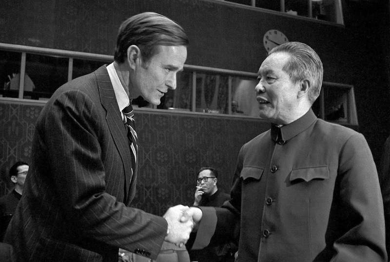 Il rappresentante cinese all'Onu viene accolto dall'ambasciatore americano Bush.