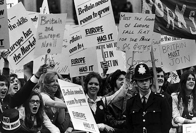Cittadini britannici entusiasti per l'ingresso della Gran Bretagna nella Comunità europea.