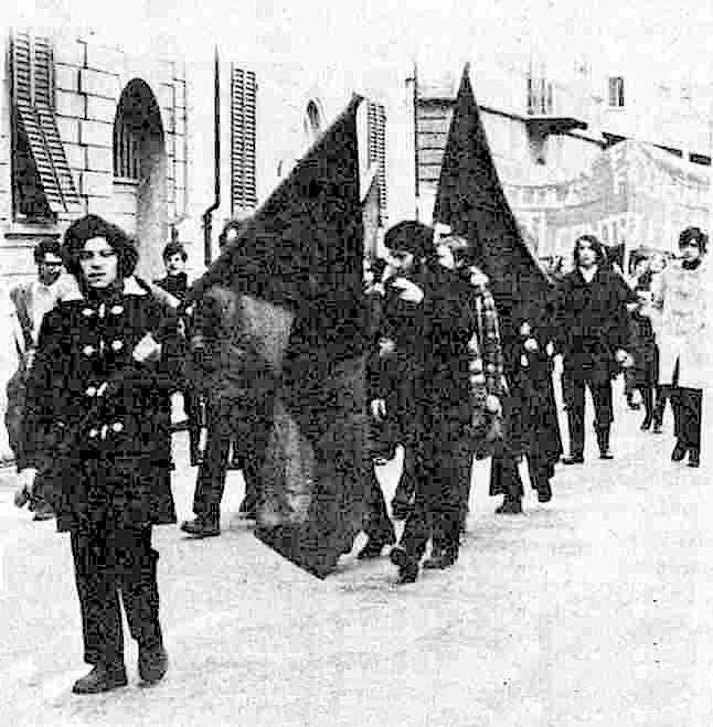 Serantini (in primo piano) durante la manifestazione a Pisa, poco prima degli scontri.