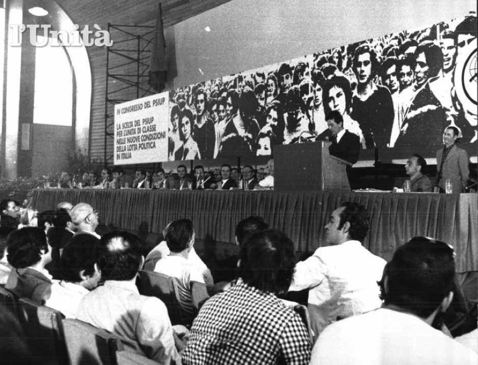 Il palco del IV congresso del Psiup, che nel 1972 decide la confluenza nel Pci.