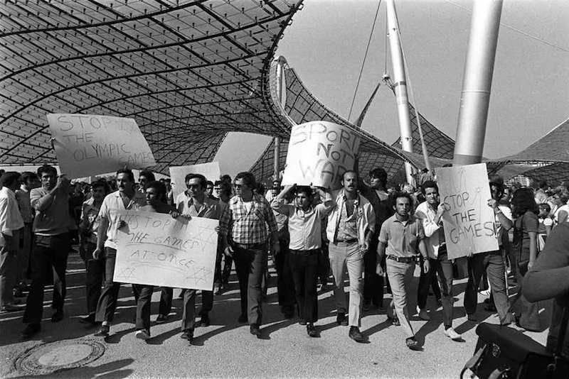 Manifestazione pacifista a Monaco davanti al villaggio olimpico dopo la strage del 1972.