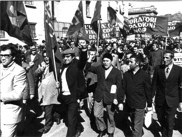 Lavoratori sfilano a Reggio Calabria.