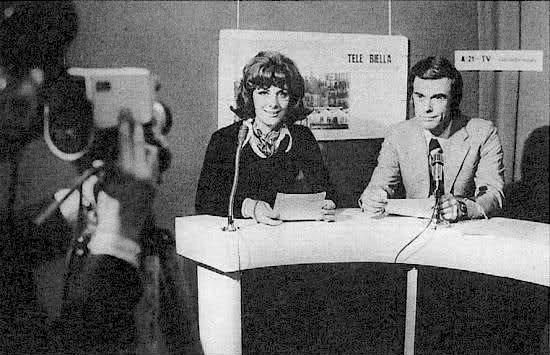 """Il """"decreto Gioia"""" del maggio 1973 dispone il sequestro di Telebiella. Nella foto l'annunciatrice Ivana Sacchi e il giornalista Franco Banino."""