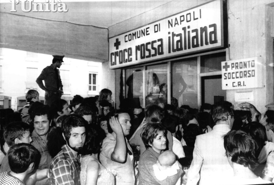 Cittadini napoletani in attesa della vaccinazione contro il colera.