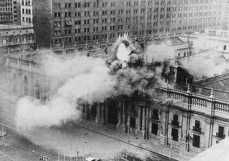 A Santiago del Cile le forze armate golpiste di Pinochet bombardano il palazzo presidenziale della Moneda.