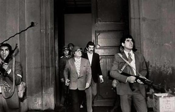 Il presidente Salvador Allende tenta una disperata difesa contro i golpisti.