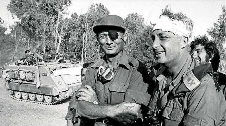 I generali israeliani Moshe Dayan (a sinistra) e Ariel Sharon alla guida della  guerra del Kippur nell'ottobre 1973.
