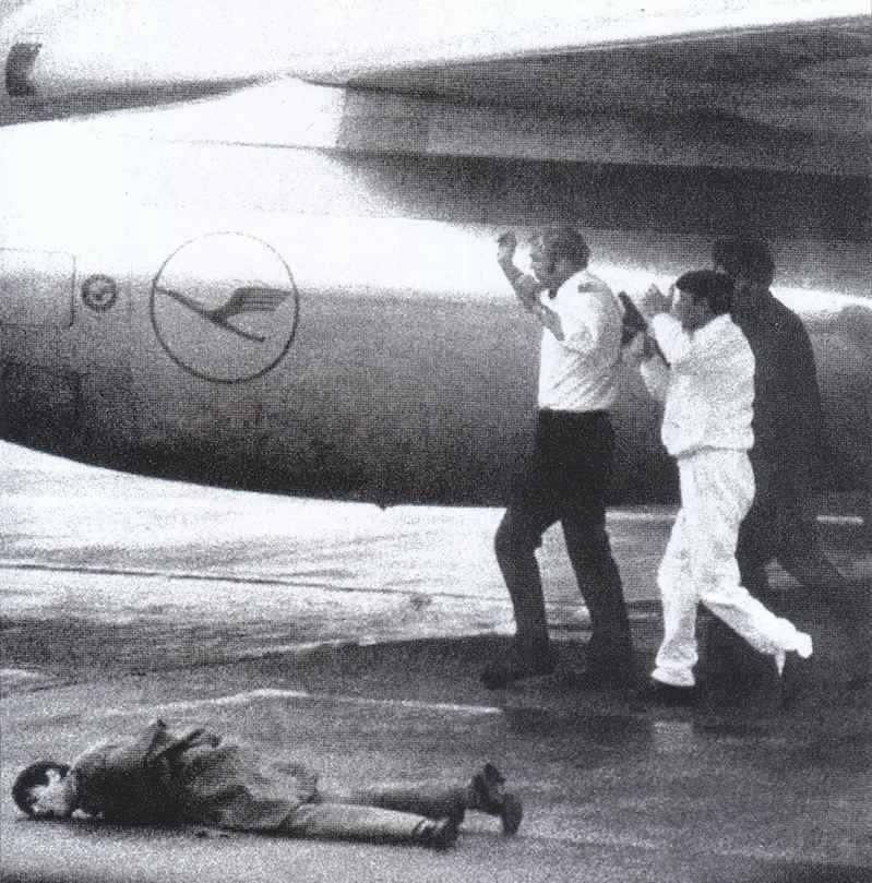 Il commando palestinese in azione all'aeroporto di Fiumicino costringe alcuni ostaggi a salire sull'aereo Lufthansa; a terra una vittima.