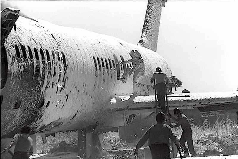 All'aeroporto romano di Fiumicino il 17 dicembre 1973 un commando palestinese assalta con bombe un aereo Panam (nella foto, durante l'intervento dei vigili del fuoco) uccidendo 30 persone; quindi costringe ostaggi a salire su un aereo Lufthansa che fanno decollare verso Atene e poi Kuwait City.