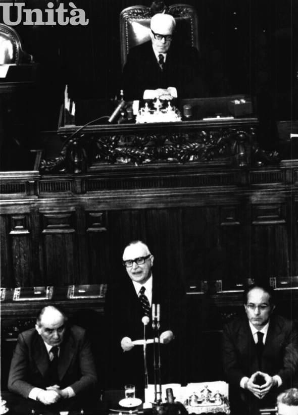 Alla Camera, presieduta da Sandro Pertini, Mariano Rumor presenta il suo V governo.