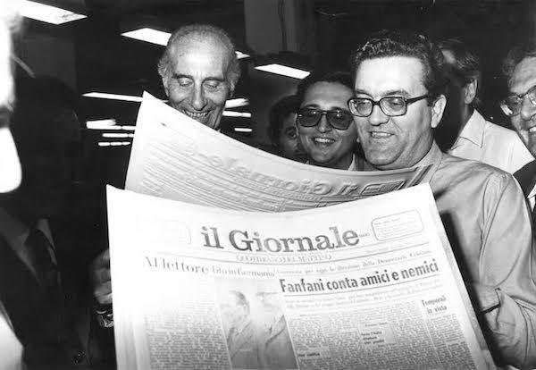 Indro Montanelli (a sinistra) festeggia l'uscita del primo numero del quotidiano da lui fondato.