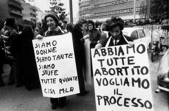 Le esponenti radicali Adele Faccio (a sinistra) e Emma Bonino manifestano per la legalizzazione dell'aborto.