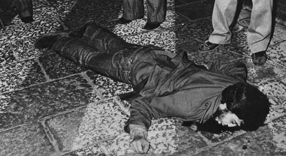 Il corpo di Claudio Varalli ucciso a Milano da militanti di Avanguardia nazionale.