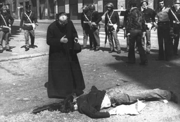 Il corpo di Giannino Zibecchi, ucciso il 17 aprile 1975 a Milano, schiacciato da un mezzo della polizia durante la manifestazione di protesta per la morte di Claudio Varalli.