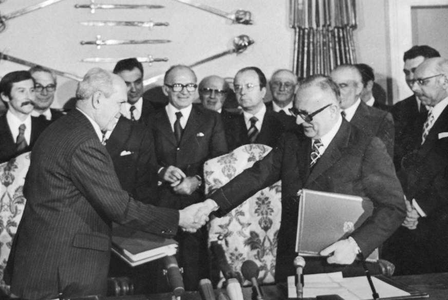Mariano Rumor per l'Italia e Milos Minic per la Jugoslavia firmano il trattato di Osimo che definisce le dispute territoriali tra i due stati.