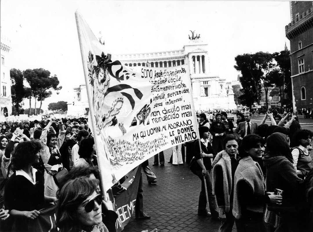 Il 3 aprile 1976 a Roma si tiene una grande manifestazione nazionale a sostegno della legge per la legalizzazione dell'aborto.