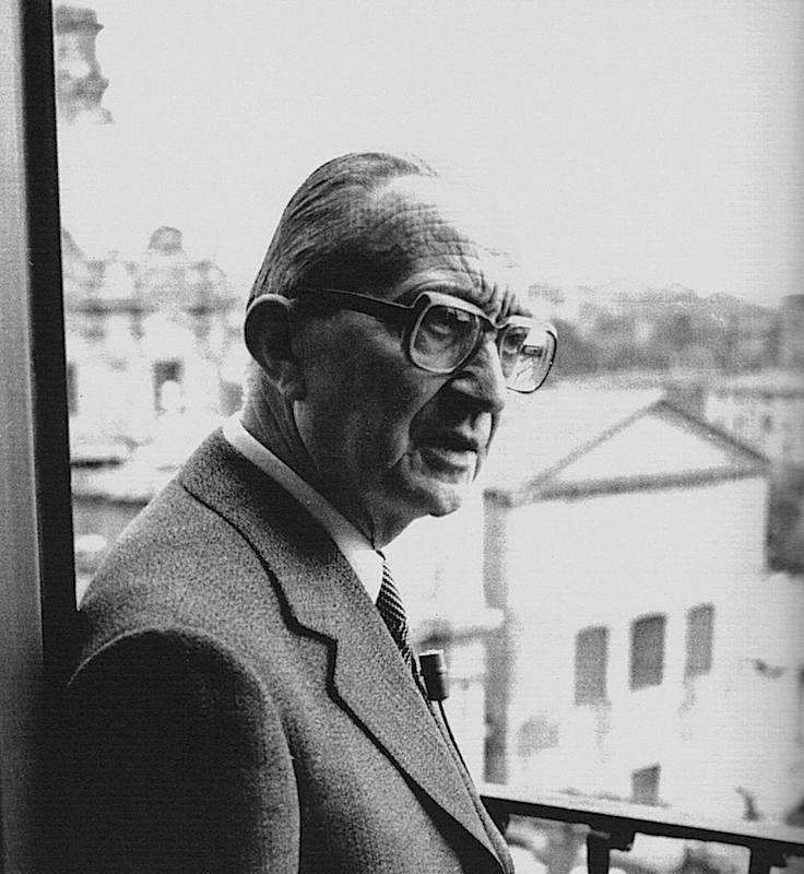 Giulio Carlo Argan, sindaco di Roma dall'agosto 1976, si affaccia dal suo ufficio con vista sul Foro romano.