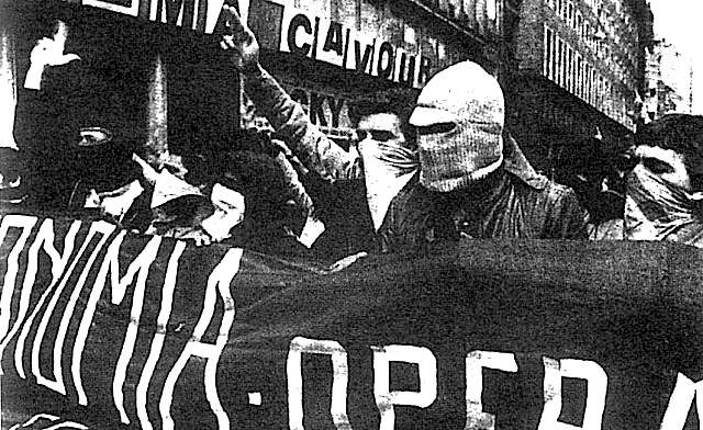 Corteo di Autonomia operaia; si cominciano a vedere mani tese con le dita nel gesto della P38, per inneggiare alla rivolta armata.