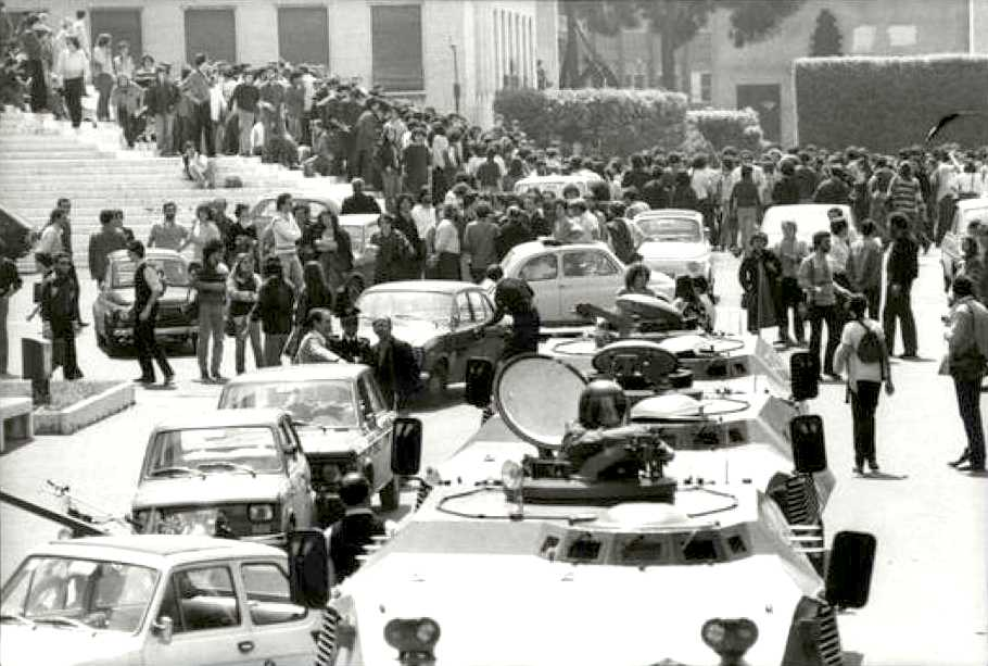 La polizia occupa militarmente l'Università di Roma il 1 febbraio 1977. Gli scontri, con feriti e due morti, segna l'inizio del '77.