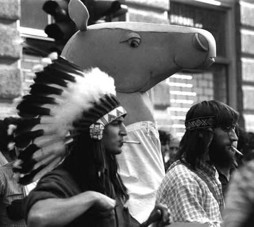 """Gli """"indiani metropolitani"""", l'ala più creativa e libertaria del movimento del '77."""