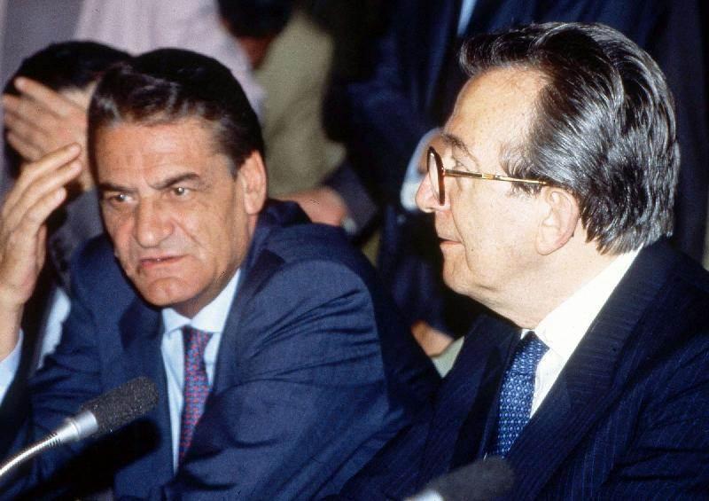 Mino Martinazzoli (a sinistra, con Andreotti), con il suo voto da Presidente della Commissione inquirente Lockheed, salvò Rumor dall'incriminazione nello scandalo Lockheed.