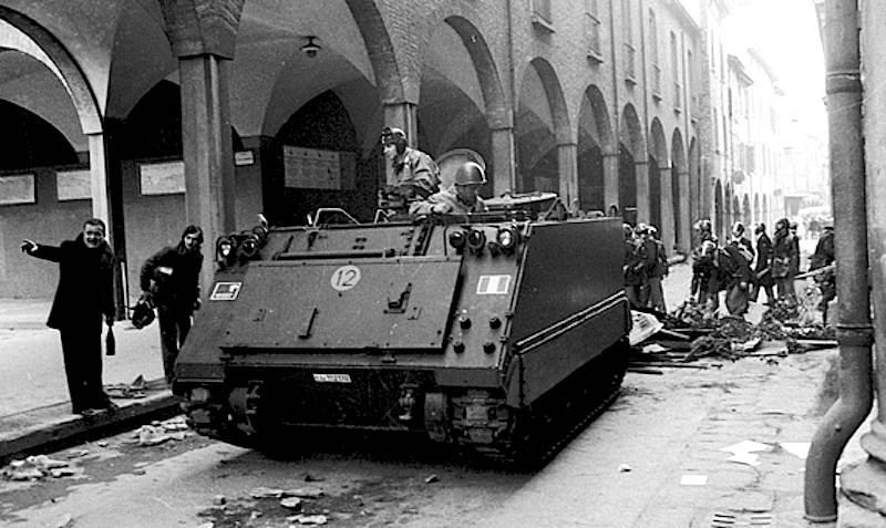 Blindati della polizia durante gli scontri di Bologna in cui morì Lorusso.