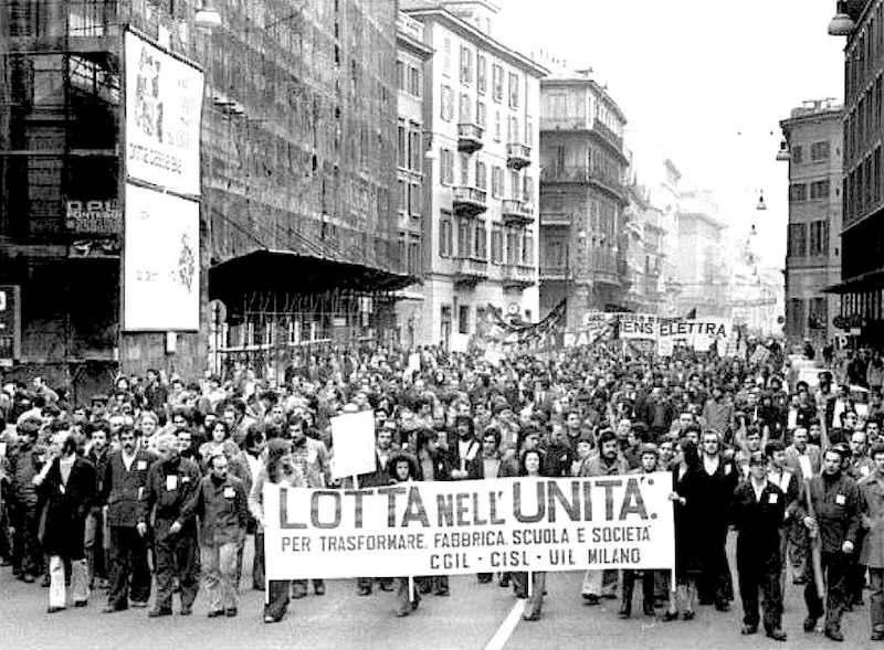 La manifestazione milanese durante lo sciopero generale del 18 marzo 1977.
