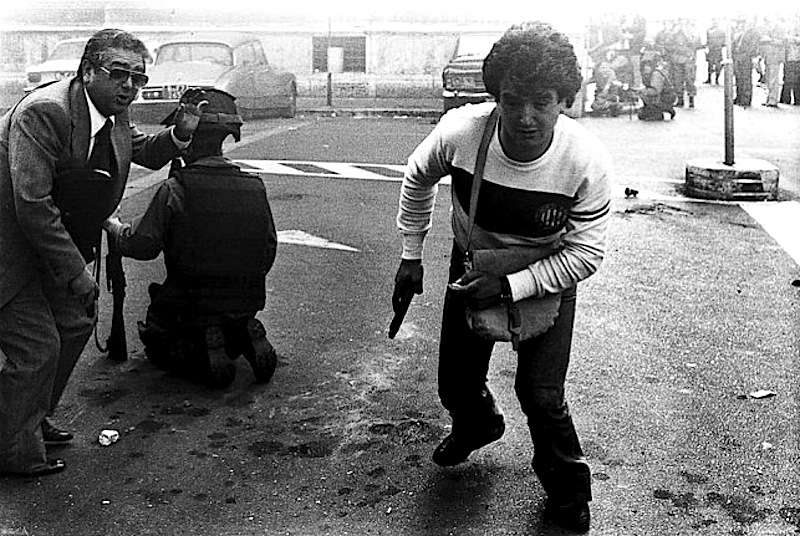 Poliziotto in borghese armato, in azione negli scontri di Roma del 12 maggio 1977.