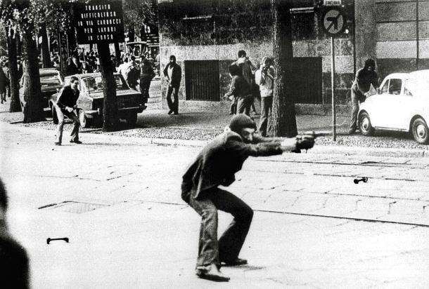 Durante la manifestazione del 14 maggio 1977 alcuni dimostranti fecero uso di armi da fuoco. Negli scontri morì il vicebrigadiere Antonino Custrà.