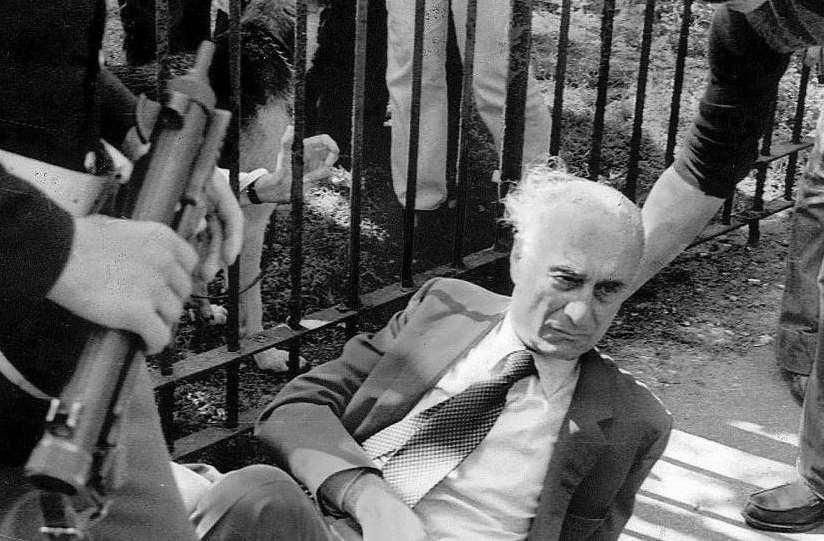 Indro Montanelli ferito dalle Brigate rosse il 1° giugno 1977 a Milano.