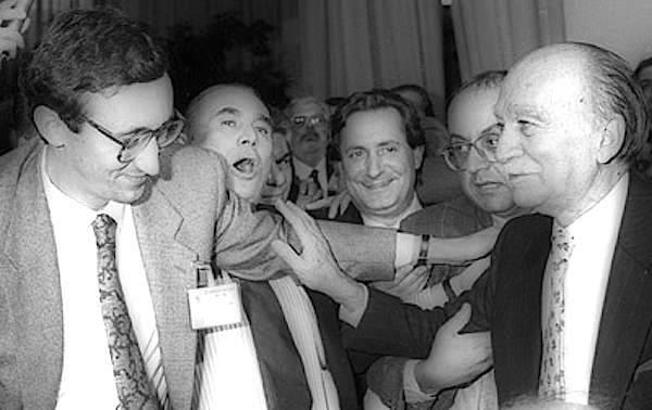 Gianfranco Fini (a sinistra) congratulato da Giorgio Almirante dopo l'elezione a segretario nazionale del Fronte della gioventù nel 1977.