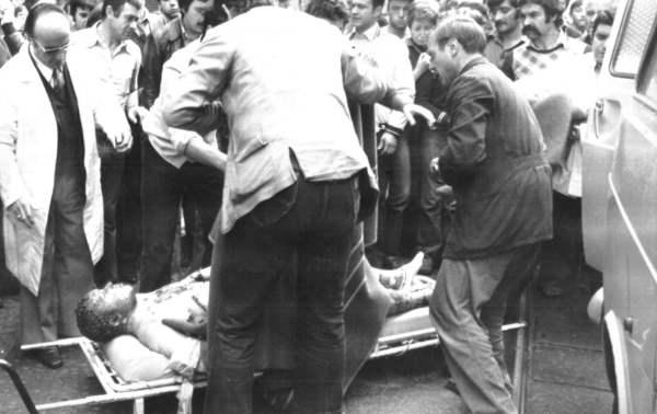 Il corpo di Roberto Crescenzio devastato dalle fiamme durante l'assalto al bar Angelo azzurro a Torino il 1° ottobre 1977.