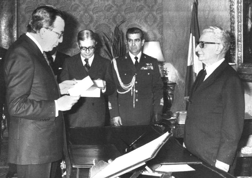 Andreotti giura davanti al Presidente Leone per la formazione del suo IV governo.