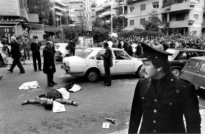 Il sanguinoso scenario di Via Fani dopo il sequestro di Moro.