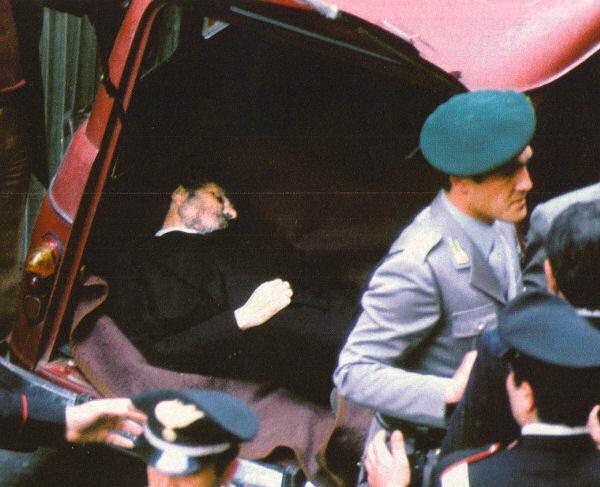 Il corpo di Aldo Moro ritrovato in Via Caetani a Roma dentro una Renault.