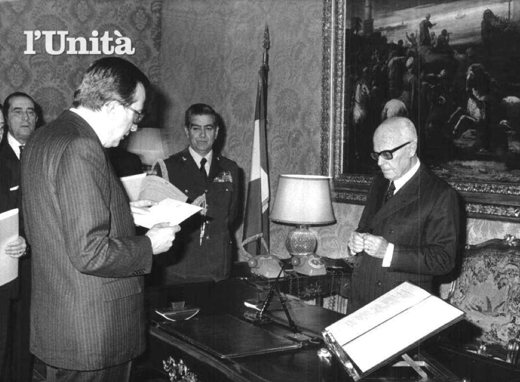 Davanti Giulio Andreotti giura per la formazione del suo V governo davanti al Presidente Pertini.