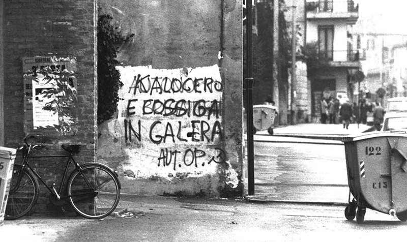 Scritte di militanti dell'Autonomia operaia contro la repressione governativa e della magistratura.
