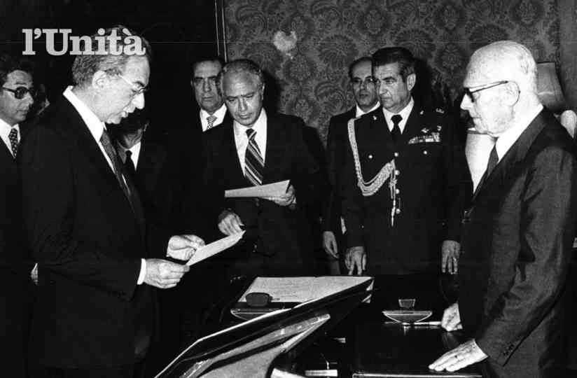 Francesco Cossiga giura davanti al Presidente Pertini per la formazione del suo I governo.