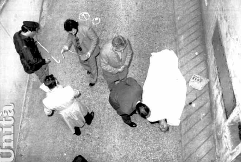 Il corpo del maresciallo Domenico Taverna, ucciso a Roma dalle Brigate rosse il 27 novembre 1979.
