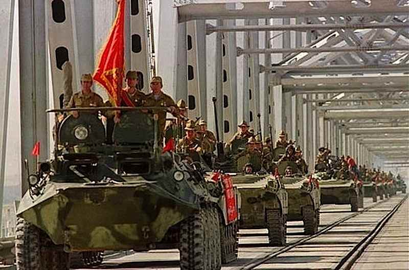 Le truppe russe invadono l'Afghanistan, instaurandovi un regime filosovietico.